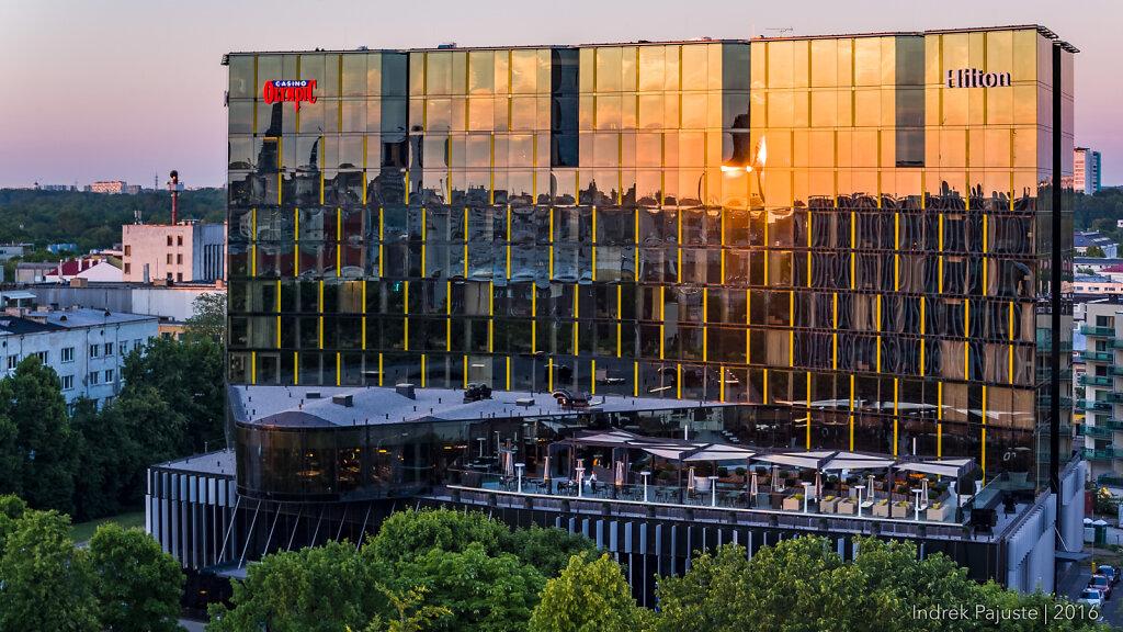 Hiltoni hotell päikeseloojangul